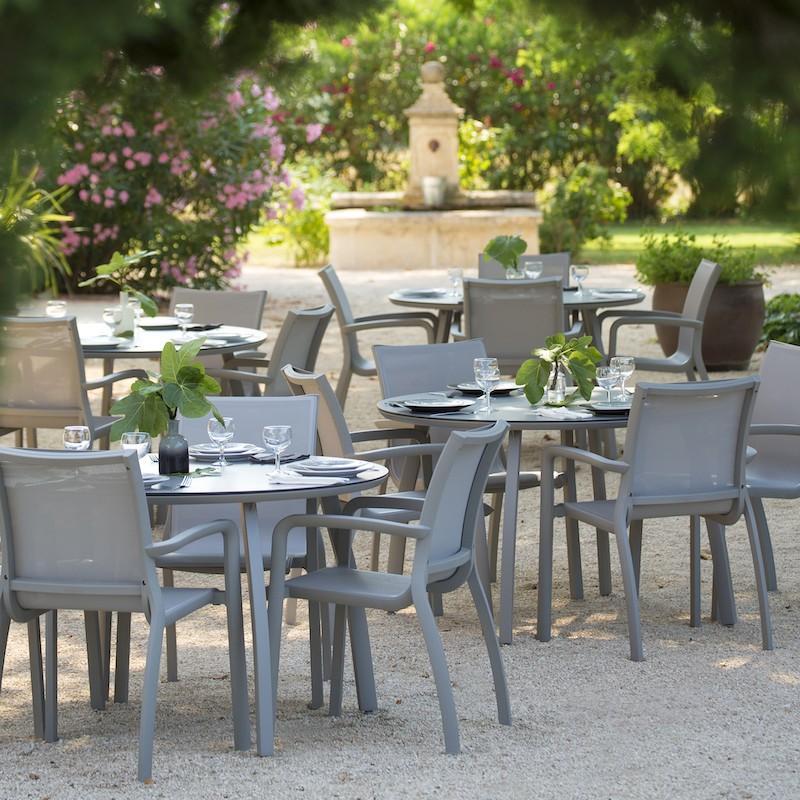 Fauteuil SUNSET Grosfillex gris platinium terrasse restaurant